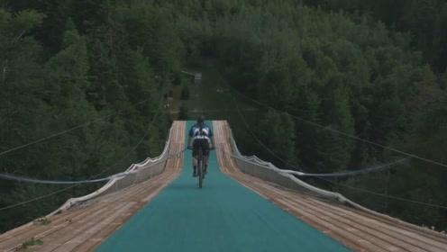 什么叫极限挑战?看老外骑自行车蹦极就懂了,一不小心小命不保啊