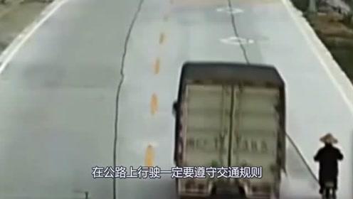 摩托男马路上突然变道,迎面来的大货车躲闪不及,直接侧翻