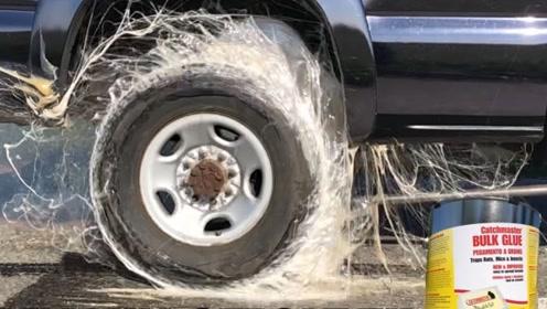 强力胶能粘住一辆皮卡车吗?小伙亲自测试,画面不忍直视!