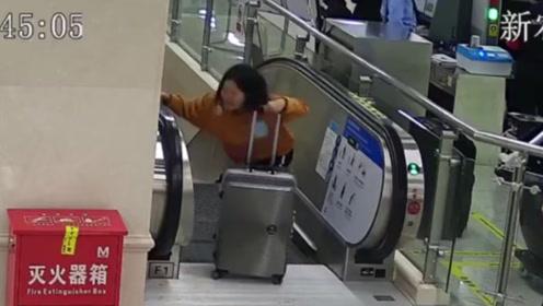 紧急!女乘客拖行李箱不慎摔倒在电梯上 民警一秒救援