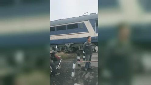 啥情况?这一幕把我看愣了,现在火车也要礼让行人吗?
