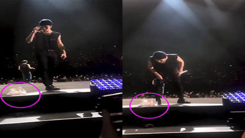 GOT7王嘉尔演唱会中途被扔内衣,狂粉热情举动引发网友热议