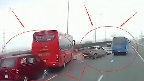 作死大巴车起步不看路,导致后方4车连撞,网友:大巴车驾照也能买?