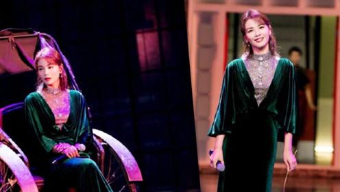刘涛穿祖母绿丝绒长裙,走复古风,41岁美翻天