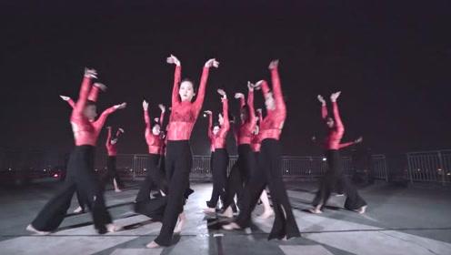 舞者化为千年蛇妖,灵动上演蔡依林的《美人计》