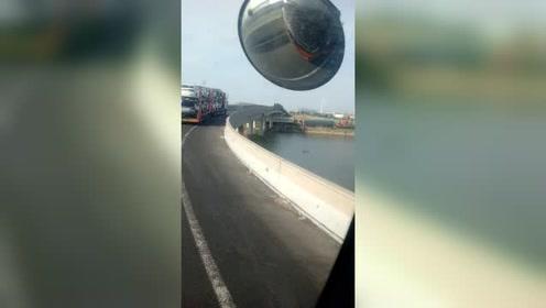 这么宽的高架桥都单行了,堵了几公里上桥就一辆车