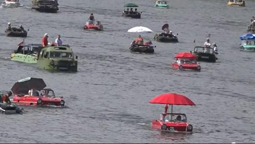 把车开下河,来场游泳比赛,外国人就是会玩