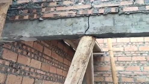 这一看就是豆腐渣工程,刚建的新房大梁就裂口了,包工头太缺德了!