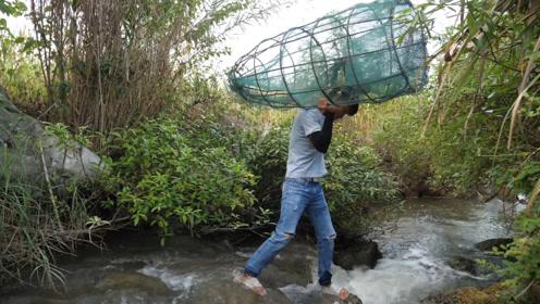 小伙用猪笼自制捕鱼神器,在水流湍急的水口设陷阱,真替鱼儿担心