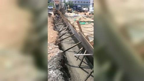 工地上灌水泥浆,结果爆膜水泥浆流的到处都是,老板亏大了!