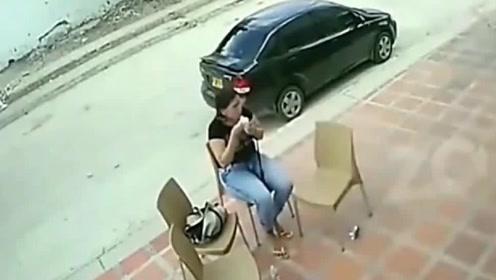 国外几名女子在店门口遭遇抢劫,黑衣女子的反应亮了