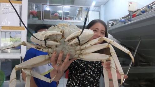 """美女花800元买回只""""白螃蟹"""",用椰汁蒸着吃,出锅后颜色太奇怪"""