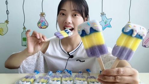 """妹子拆箱吃""""冰淇淋棒棒糖"""",三种颜色挂糖粒,香甜美味奶香浓"""