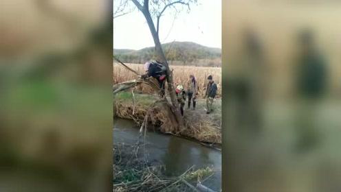 农民过水渠干农活需走独木桥,恐高只能爬过去!