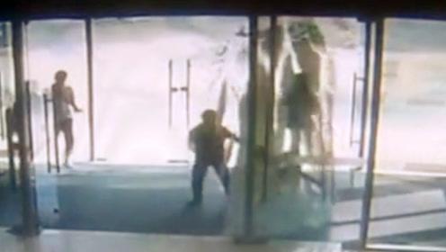 6岁男童推玻璃门过猛玻璃门爆裂 监控拍下惊险全程