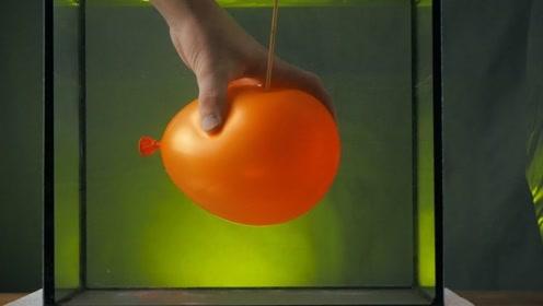 """气球在水中扎破会出现""""蘑菇云""""吗?仔细一看,画面太壮观了!"""