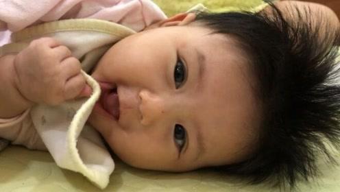 """3个月的小宝宝醒来后一直讲""""婴语"""",漂亮的大眼睛,可爱极了"""
