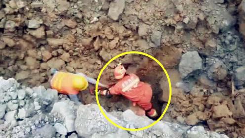 实拍:工地塌方救援现场突发二次塌方 消防冒着生命危险挡住土石