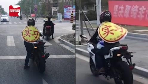"""这条街最亮的仔!摩托骑手身穿""""实习""""披风,路人:好新奇"""