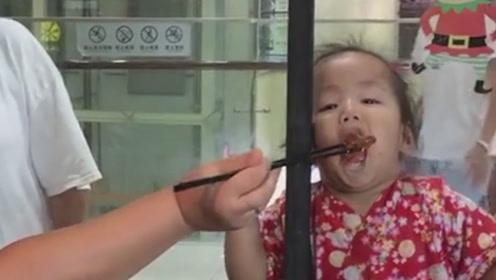 你瞅瞅你有多坏 隔着窗户把人家孩子给馋的