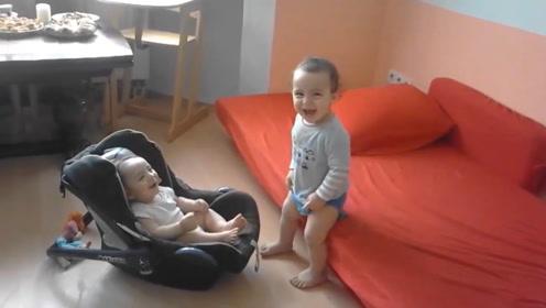 哥哥穿着尿不湿哄妹妹开心,明明自己还是个娃呢,却这么懂事贴心