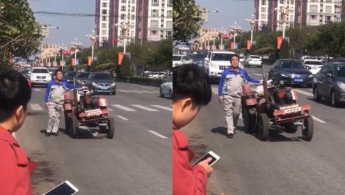 活久见!男子闲庭信步街头遛拖拉机引百万网友围观