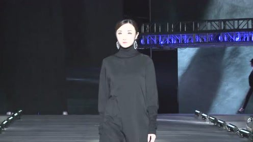 黑色吊带长裙,独特的设计与剪裁,有种低调美!