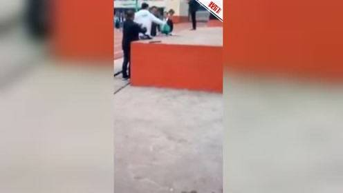 安徽一中学公开砸学生手机 校长:这有些过激 但不做危害更大