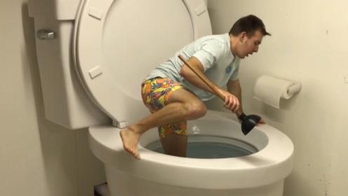 世界上最大的马桶,不是用来上厕所的,小哥跳进去才知内里乾坤