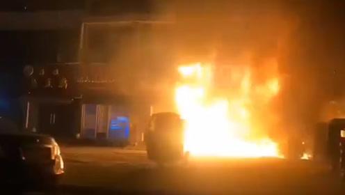 无锡一商铺深夜起火  消防40分钟扑灭大火  现场无人员伤亡