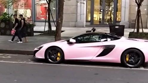 路边遇到校花的跑车,粉色真亮眼,真令人羡慕啊!