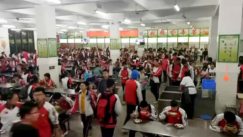 """郑州一中学实行""""早餐工程"""",学校每天监控,学生不吃早餐会被""""培训"""""""