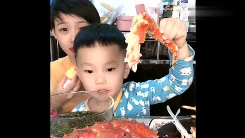 儿子吃帝王蟹,这么好的东西谁知这小家伙不喜欢,妈妈-啥命啊?