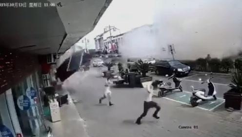监控曝光!无锡一小吃店发生燃气爆炸 事故现场一片废墟