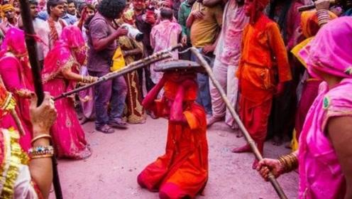 印度妇女最兴奋的节日,女人拿棍子打男人,不能还手!