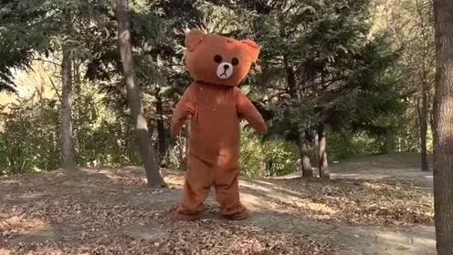 网红熊不认真工作,偷偷跑到公园里去玩耍,迟早会被老板收拾的