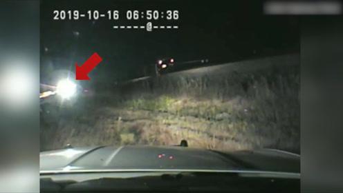 躲过一劫!火车高速冲向汽车 生死7秒中美巡警将司机从车内抱出