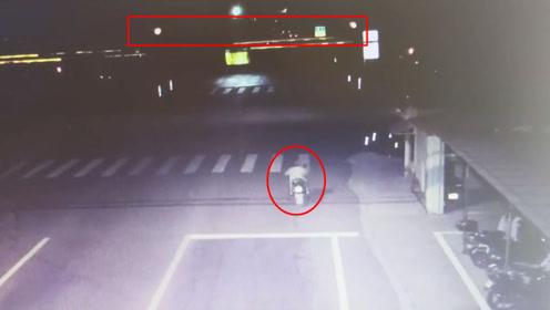 电动车闯红灯不幸被货车卷入车底 监控拍下惊险一幕