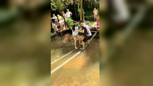 如果是我女朋友,她一定会把我拽拉到水里去!