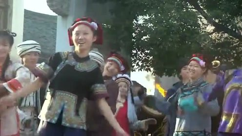 新还珠格格:大家围着火堆跳舞,小燕子生怕她的信箱被烧