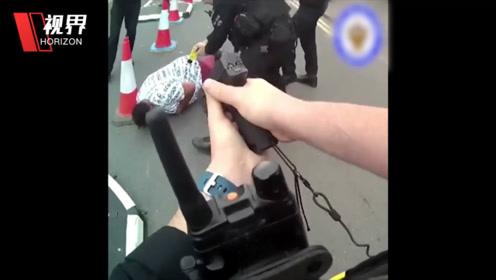 英国男子抢警车碾压警察 第一视角带你看追捕全程