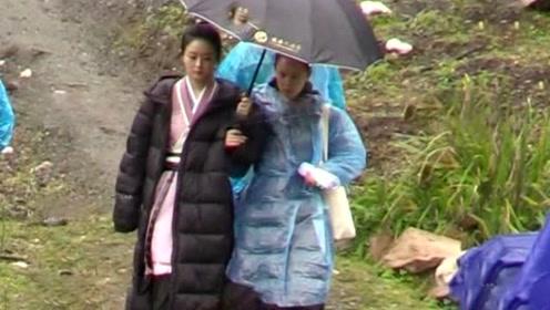 《有翡》最新路透赵丽颖冒雨拍戏 一个举动超暖人心