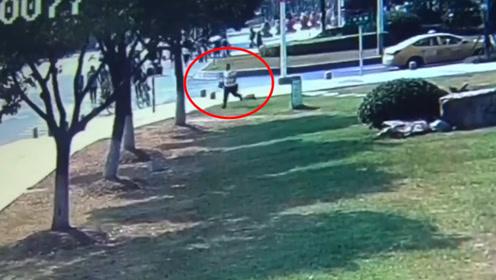 幼童不慎摔下楼梯 父亲打不到车求助民警 到医院后激动得下跪致谢