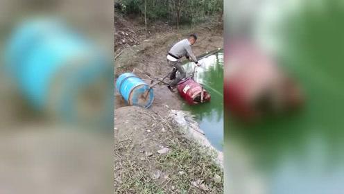 小伙买不起摩托艇,结果自己造了一个,一公里只要半个馒头!