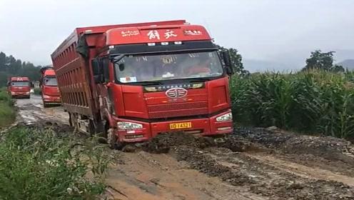 这就是农村的泥巴路,大货车新手司机根本过不来,太危险了!