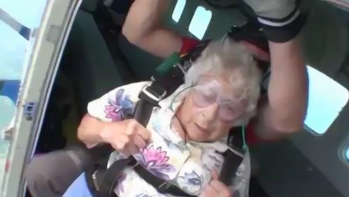 90岁的国外老太太体验高空跳伞,看的我都心慌了,网友:还真是会玩