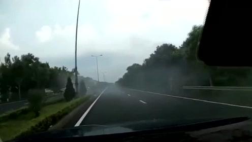 疲劳驾驶这就是后果,小车直接飞过隔离带5秒后画面太惨