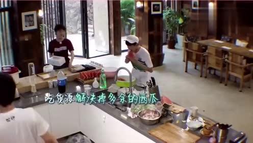 《青春旅社》俩吃货碰头,王源景甜狂啃西瓜。