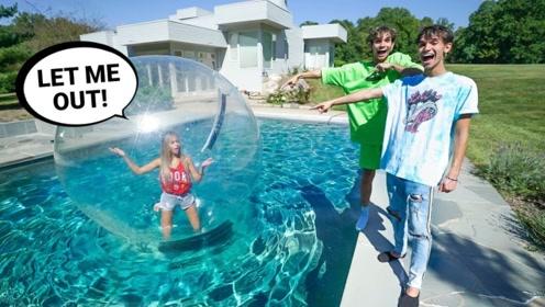 男子将女友困在大气球里,扔进泳池十分钟后,结果天崩地裂了!