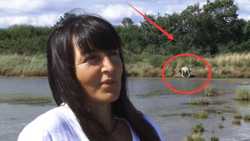 """大妈河边散步,发现一只""""怪物""""趴着喝水,吓得立马报警!"""